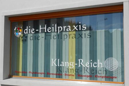 schaufenster aufkleber heilpraxis yogastudio